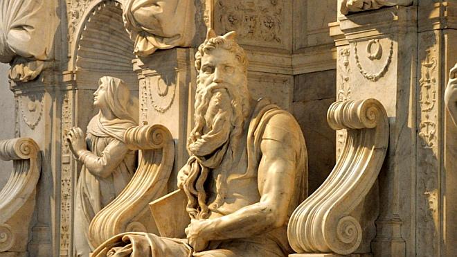 Почему Моисея иногда изображают рогатым?
